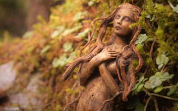 Καλλιτέχνης μεταμορφώνει ξύλα και κοχύλια σε φανταστικά γλυπτά