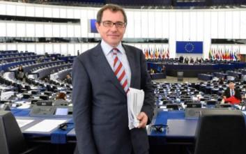 Ευρωβουλευτής συνελήφθη να αυνανίζεται σε κατάστημα