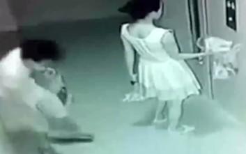 Περίμενε να μπει στο ασανσέρ και βρήκε κάποιον κάτω από τη φούστα της