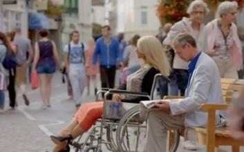 Εμμονικός άνδρας κουβαλά την κούκλα του σεξ παντού με αναπηρική καρέκλα