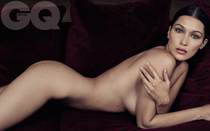 Η Bella Hadid ολόγυμνη σε βελούδινο καναπέ