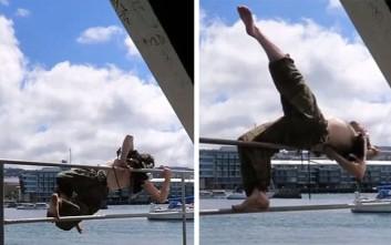 Έκανε... pole dancing στο λιμάνι και τα έκανε μούσκεμα