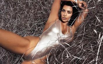 Η Kim Kardashian ποζάρει με σέξι ύφος
