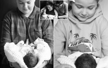 Κοριτσάκια φωτογραφίζονται αγκαλιά με τη νεογέννητη νεκρή αδερφή τους