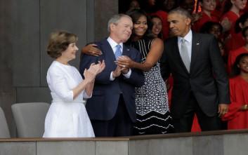 Όταν η Μισέλ Ομπάμα αγκάλιασε τον Τζορτζ Μπους