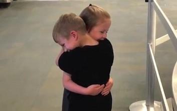 Η ατελείωτη αγκαλιά των 5χρονων φίλων θα σας φτιάξει τη διάθεση