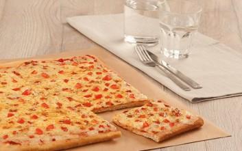 Νέα τετράγωνη πίτσα με λεπτή ιταλική ζύμη