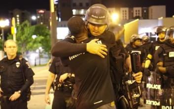 Ο ακτιβιστής που μοίραζε αγκαλιές σε αστυνομικούς στο Σάρλοτ