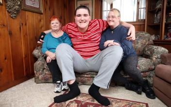 Ο ψηλότερος έφηβος του κόσμου που συνεχίζει να μεγαλώνει