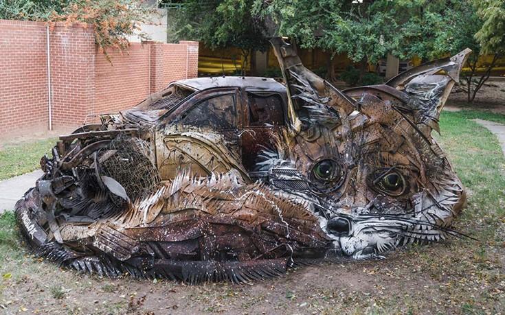 Καλλιτέχνης μεταμορφώνει σκουπίδια σε ζώα στέλνοντας το δικό του μήνυμα