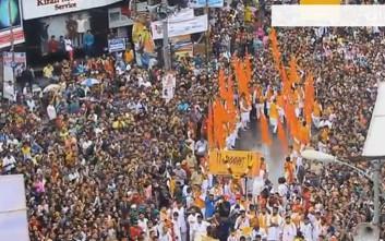 Συγκεντρωμένο πλήθος «διαλύεται» σε δευτερόλεπτα για να περάσει ασθενοφόρο