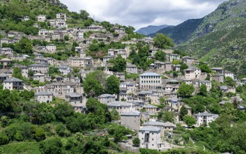 Συρράκο, ο παραδοσιακός οικισμός που αντικρίζει τα Τζουμέρκα