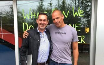 Γιάννης Βαρουφάκης και Πολ Μέισον ποζάρουν αγκαλιά