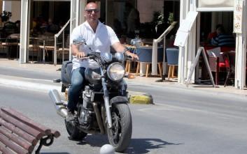 Στην Αίγινα κόβει βόλτες με την μηχανή του ο Γιάννης Βαρουφάκης