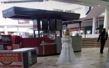 Μοναχική νύφη τραβάει τα βλέμματα σε εμπορικό κέντρο στη Μελβούρνη