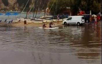 Βγήκαν... κανό σε πλημμυρισμένους δρόμους στα Χανιά