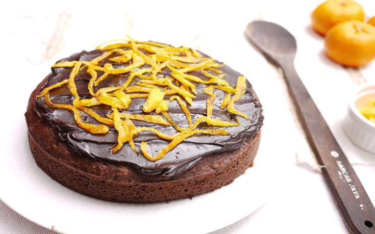 Σιροπιαστό κέικ πορτοκάλι με επικάλυψη σοκολάτας
