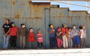 Μάσκες φανερώνουν τα συναισθήματα των προσφυγόπουλων