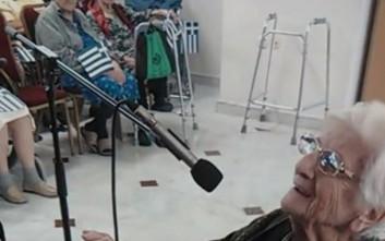 H γιαγιά Ουρανία παίζει πιάνο, δίνει μάθημα ζωής και ρίχνει το ίντερνετ