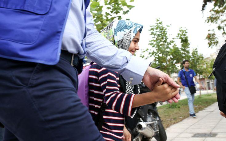 Προσφυγόπουλα στον εορτασμό της 25ης Μαρτίου σε σχολείο