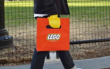 Η τσάντα LEGO που «μετατρέπει» τα χέρια σε δαγκάνες
