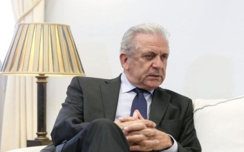 Les Echos: Ο Αβραμόπουλος υπερασπίζεται το σχέδιό του για μια νέα «ευρωπαϊκή βίζα»