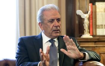 Politico: Ο Αβραμόπουλος ανάγκασε τον Τουσκ να αναθεωρήσει τα σχέδιά του για τη μετανάστευση