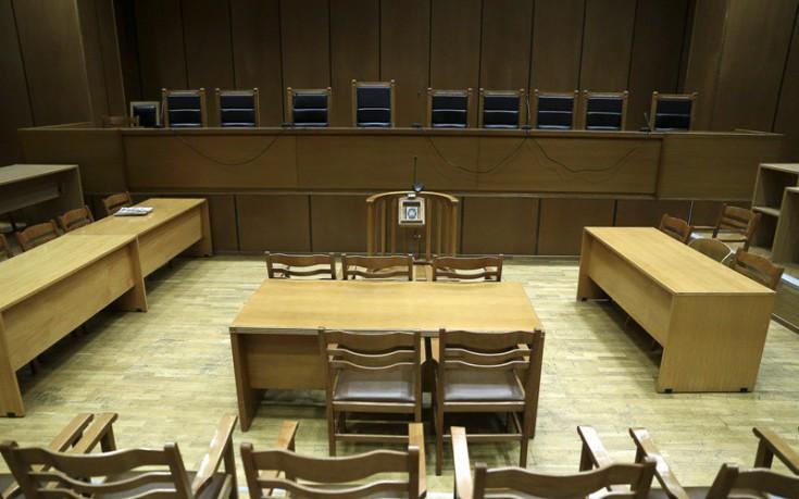 Η δίκη του 1957 που έγινε κάτι σπάνιο μέσα στην αίθουσα