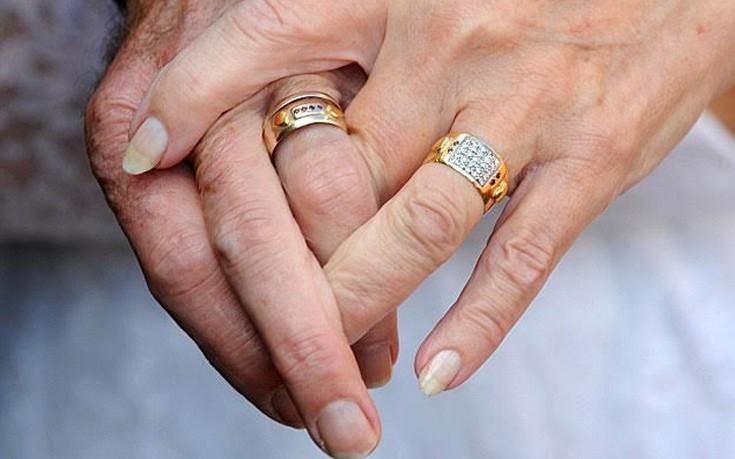 Ζευγάρι γιορτάζει την 50η επέτειό του με τα ίδια ρούχα που φορούσε την ημέρα του γάμου του