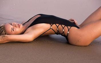 Η Bryana Holly φωτογραφίζεται στην αμμουδιά