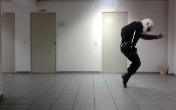 Αστυνομικός της ΔΙΑΣ χορεύει Μάικλ Τζάκσον με στολή και κράνος