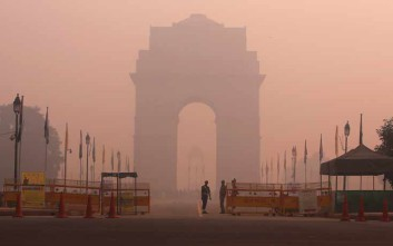 Ορατότης μηδέν στο Νέο Δελχί από την ατμοσφαιρική ρύπανση