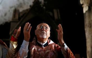 Ιρακινοί Χριστιανοί προσεύχονται και πάλι σε μισοκαμένη εκκλησία
