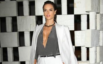 Η Alessandra Ambrosio χωρίς σουτιέν και με ανοιχτό πουκάμισο