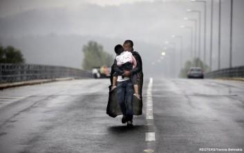 Οι πρόσφυγες μέσα από το φακό του Γιάννη Μπεχράκη στο «Ελ. Βενιζέλος»