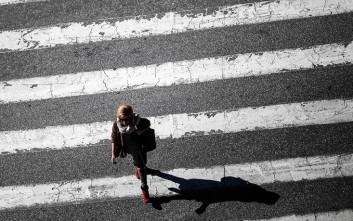 Τα πρώτα πεζοδρόμια - φωτεινοί σηματοδότες για κολλημένους χρήστες κινητών τηλεφώνων