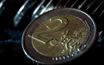 Σε νέο χαμηλό δύο μηνών το ευρώ