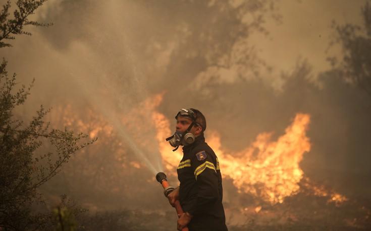 Ανεξέλεγκτη η φωτιά που έχει κυκλώσει τον Κάλαμο