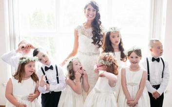 Δασκάλα σε παιδιά με σύνδρομο Down τα κάλεσε στο γάμο της και συγκίνησε