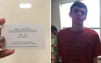 Πανύψηλος έφηβος βαρέθηκε να τον ρωτούν για το ύψος του και βρήκε αυτή τη λύση