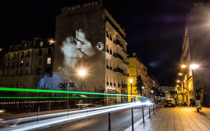 Παθιασμένα φιλιά σε τοίχους του Παρισιού