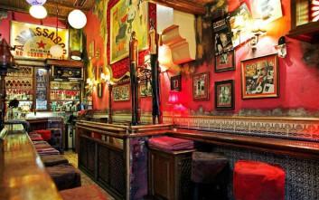 Παρασκευή βράδυ σε καθαρόαιμα bars στο κέντρο της Αθήνας