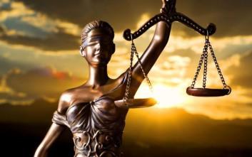 Ένορκος κοιμήθηκε… τον ύπνο του δικαίου και αθωώθηκε πατέρας που βίασε την κόρη του