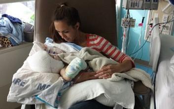 Η πρώτη αγκαλιά με τον έναν της γιο μετά τον διαχωρισμό από τον αδελφό του