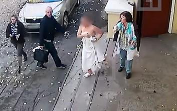 Της έκλεψε το πορτοφόλι από τη σάουνα και βγήκε στο δρόμο γυμνή