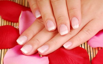 Φυσικοί τρόποι για να κάνετε τα νύχια σας κατάλευκα