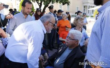 Ο Κουρουμπλής συνομίλησε με τους διαμαρτυρόμενους έξω από τη Βουλή