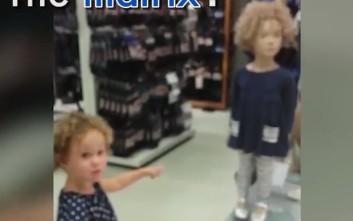 Η μικρή που βρήκε τη σωσία της σε μια κούκλα