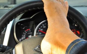 Ο άντρας χωρίς χέρια που πήρε δίπλωμα και οδηγεί με τα πόδια