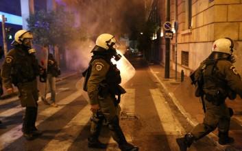 Αντιεξουσιαστές πέταξαν μολότοφ στα ΜΑΤ και έβαλαν φωτιά σε κάδους